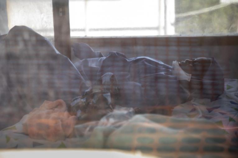 Un patient dans un centre de transit Ebola, géré par MSF en RDC.  © Pablo Garrigos/MSF