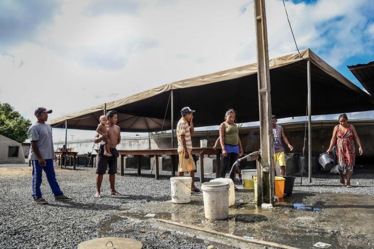 Des migrants vénézuéliens font la queue pour avoir de l'eau potable.  © Victoria Servilhano/MSF