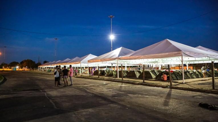 Des tentes sont installées derrière la gare routière de Boa Vista, où vivent des centaines de Vénézuéliens.  © Victoria Servilhano/MSF