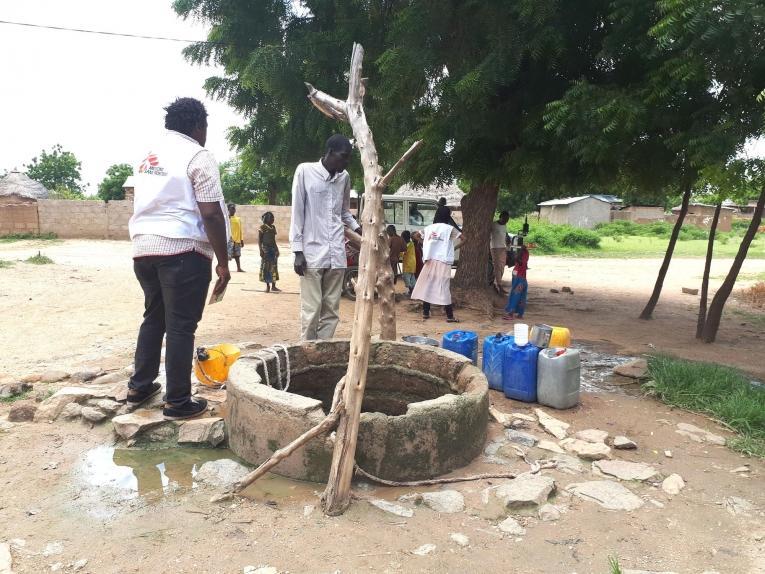Alphonse Elogo, expert MSF eau et assainissement contrôle un puits dans un quartier du district de santé de Pitoa. 2019. Cameroun.  © MSF/Juliette Muller