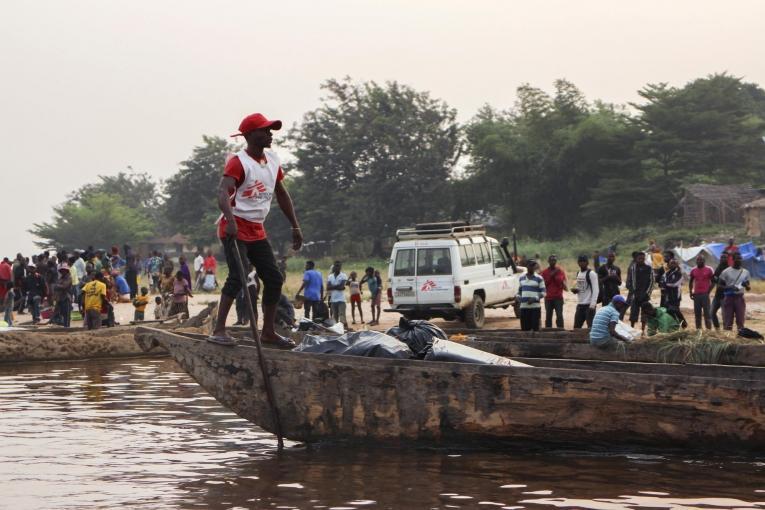 Transport de matériel pour une campagne de vaccination dans le village de Kwamouth.  © Franck Ngonga/MSF