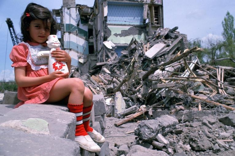 Une petite fille devant les décombres d'un bâtiment de Gyumri, àla suite du tremblement de terre de 1988.  © Roger Job