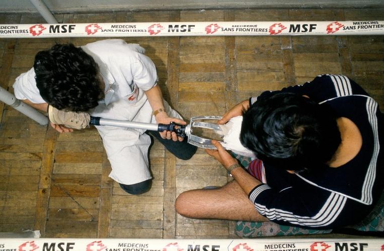 Programme de kinésithérapie, essai de prothèse pour un patient amputé à la suite d'une blessure lors du séisme de 1988.  © Roger Job