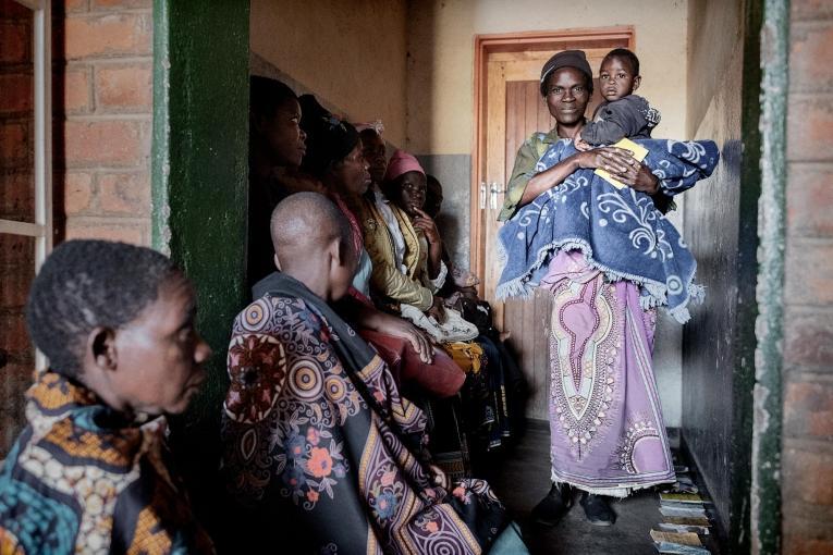 Des femmes assises dans la salle d'attente du centre de santé Milepa, en attendant desubir un dépistage du cancer du col utérin.  © Luca Sola