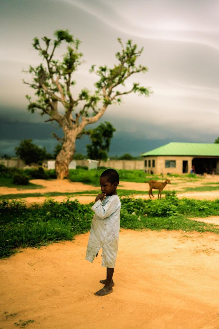 Muhammad* a trois ans et il est atteint de mutisme. Sa famille a dû fuir leur village après que des hommes armés l'ont attaqué. Nigeria. 2019.  © Benedicte Kurzen/NOOR