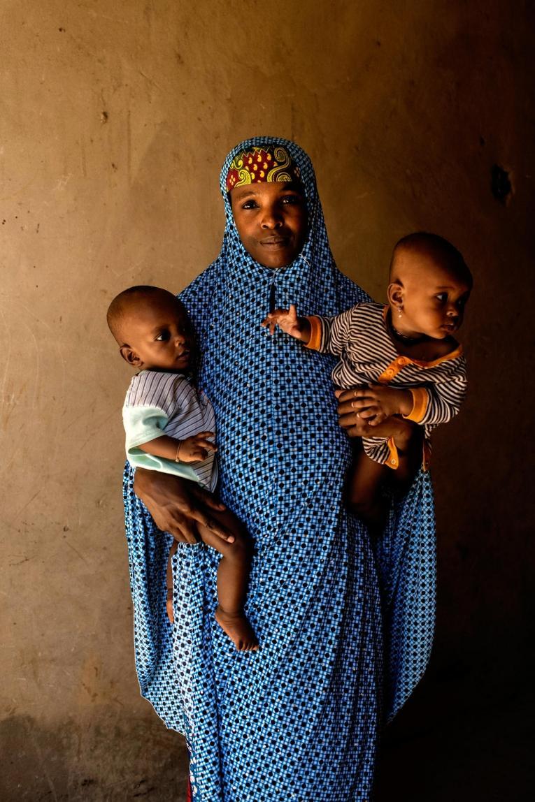 Amina, 30 ans, porte ses jumeaux dans l'immeuble abandonné dans lequel elle vit. Nigeria; 2019.  © Benedicte Kurzen/NOOR