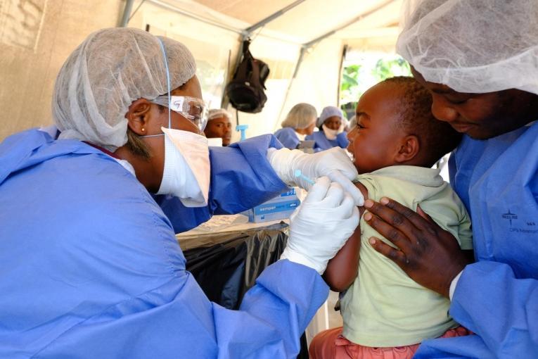 Justin, deux ans et demi, reçoit sa piqûre du vaccin expérimental Ebola rVSV-ZEBOV, dans un point de vaccination installé dans la communauté de Kimbangu, dans la ville de Beni. République démocratique du Congo. 2019.  © Samuel Sieber/MSF
