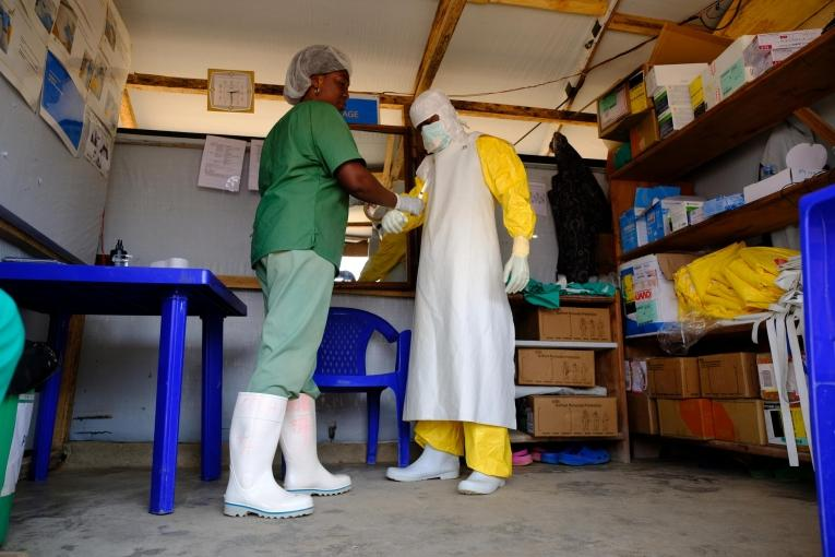 Un membre des équipes MSF se prépare à entrer dans la zone à haut risque du centre de traitement Ebola de Beni. République démocratique du Congo. 2019.  © Samuel Sieber/MSF