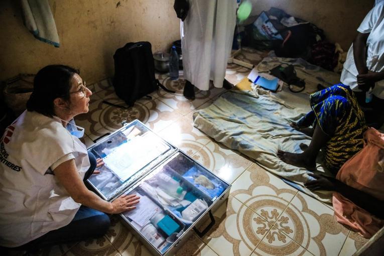 L'infirmière MSF Nathalie Kornfein au domicile d'une patienteâgée de 40 ans, atteinte d'un cancer du sein. Les visites à domicile ont lieu plusieurs fois par semaine et permettent notamment de surveiller l'état des plaies tumorales des patients. Mali. 2019.  © MSF/Mohammad Ghannam