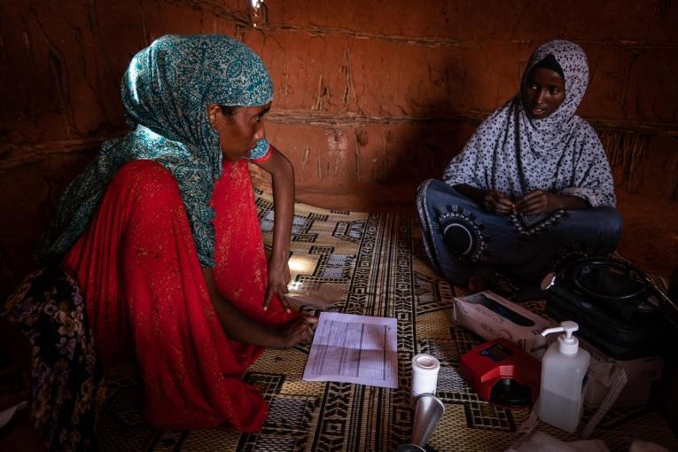 Hamdi suit la grossessed'Aamina  © Susanne Doettling/MSF