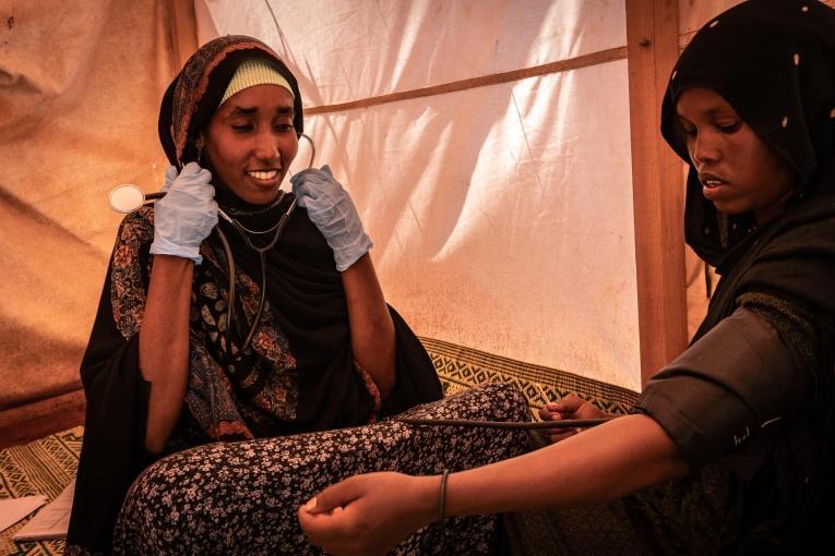 Hamdi prend en charge Faadumo.  © Susanne Doettling/MSF