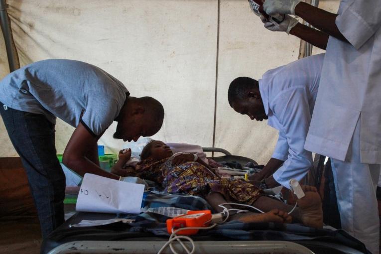 Une équipe de MSF effectue une transfusion sanguine sur Bawagana, un patient pris en charge contre le paludisme dans la clinique de MSF à Bama.  © Scott Hamilton/MSF