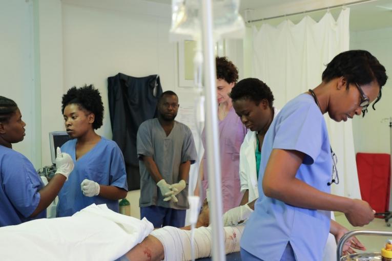 Les équipes MSF sont mobilisées pour stabiliser un patient admis avec une fracture ouverteà l'hôpital de Tabarre.  © Nicolas Guyonnet/MSF