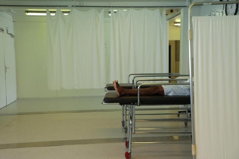 Une femme blessée par balle aux deux mains s'est présentée à l'admission de l'hôpital de Tabarre. Elle a été prise en charge par les équipes MSF.  © Nicolas Guyonnet/MSF