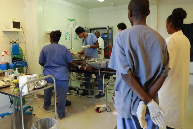 Les équipes de MSF sont mobilisées pour stabiliser un patient victime d'une attaque au couteau.  © Nicolas Guyonnet/MSF