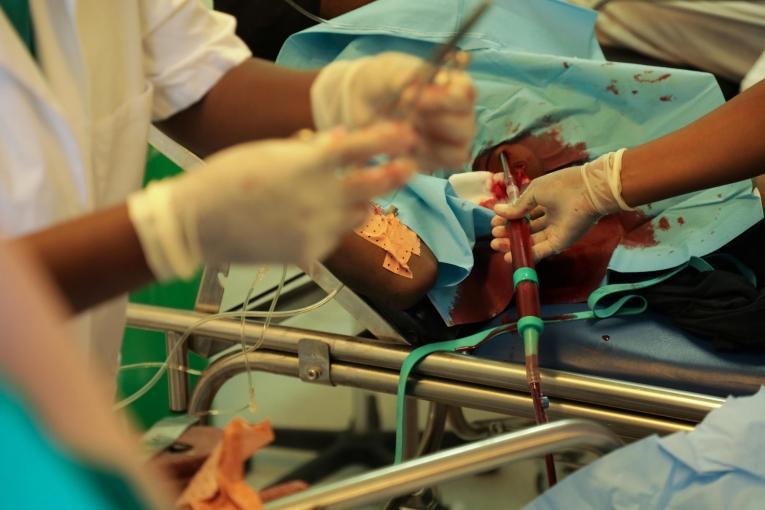 Salle des urgences de l'hôpital MSF de Tabarre. Pose d'un drain thoracique sur un patient victime d'un tir de pistolet.  © Nicolas Guyonnet/MSF