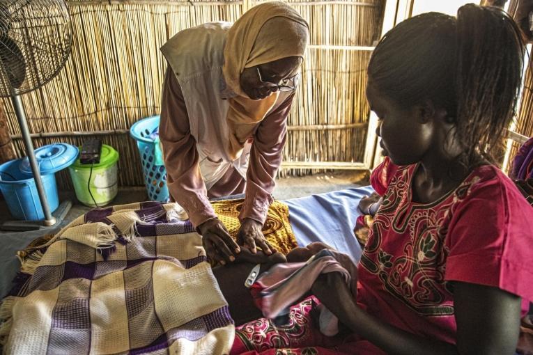 Zakina Adam Ali, superviseure nutritionnelle, vérifie l'état du fils de Julia, Emmanuel, 3 ans,qui est traité pour malnutrition dans le centre d'alimentation thérapeutiquedu nouvel hôpital MSF à Al Kashafa, dans l'État du Nil blanc au Soudan.  © MSF/Igor Barbero