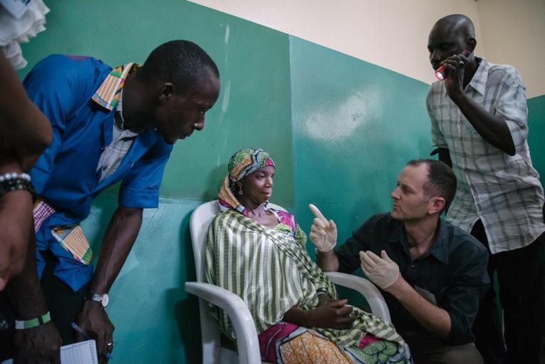 Des chirurgiens et des anesthésistes auscultent une patiente. Nigeria. 2017.  © Claire Jeantet - Fabrice Caterini/INEDIZ