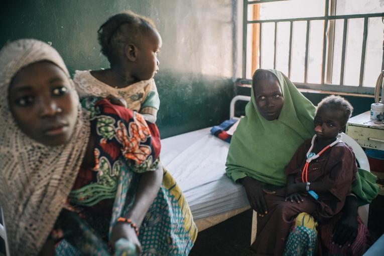 Une fillette de 6 ans avec sa mère à l'hôpital de Sokoto. Elle est originaire de l'État deBorno, où son père a été tué par le groupe armé communément appelé Boko Haram. Sa mère et elle ont dû fuir leur village et deux mois après la fillette est tombée malade. Nigeria. 2017.  © Claire Jeantet - Fabrice Caterini/INEDIZ
