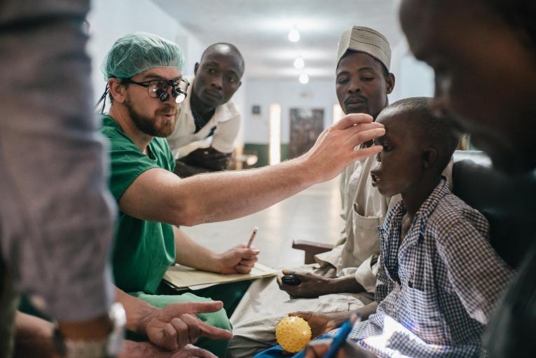 Un garçon de 14 ans en consultation à l'hôpital de Sokoto. Son nez a été détruit par le noma. Nigeria. 2017.  © Claire Jeantet - Fabrice Caterini/INEDIZ