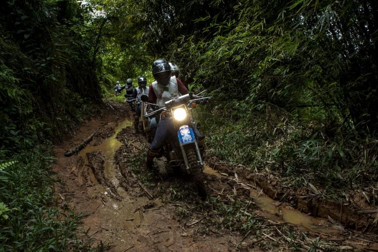Portrait des motards du projet de panneaux solaires à Kigulube.  © Pablo Garrigos/MSF