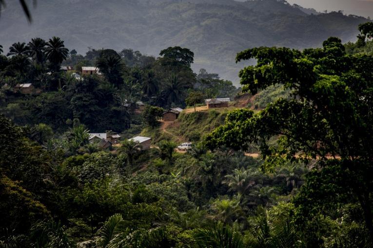 Un véhicule MSF sur les routes escarpées aux alentours de Kigulube.  © Pablo Garrigos/MSF