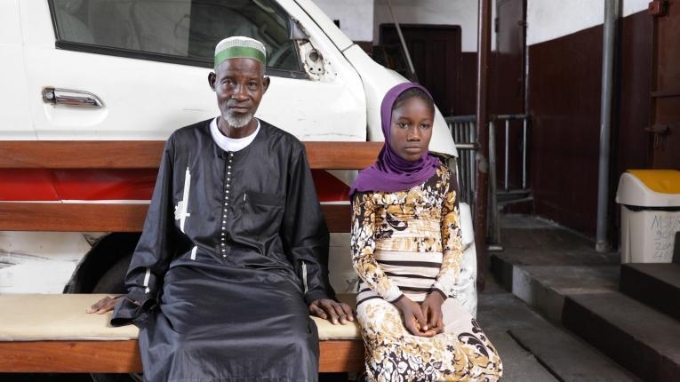 Abraham a amené sa fille de 10 ans, Sidie, à la clinique du canton de West Point de Monrovia, au Libéria, pour une consultation dans le cadre du programme MSF.  © Armelle Loiseau/MSF