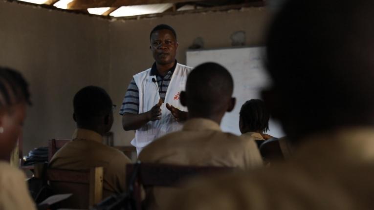Abraham S. Kollie, un travailleur psychosocial MSF, parle à des étudiants de l'épilepsie. Les enfants épileptiques sont parfois exclus de l'école en raison de la stigmatisation sociale.  © Armelle Loiseau/MSF