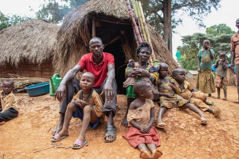 Yvonne, son fils et ses six petits-enfants devant leur cabane de paille dans le camp de Tse Lowi, dans la zone de santé de Nizi.  © MSF/Solen Mourlon