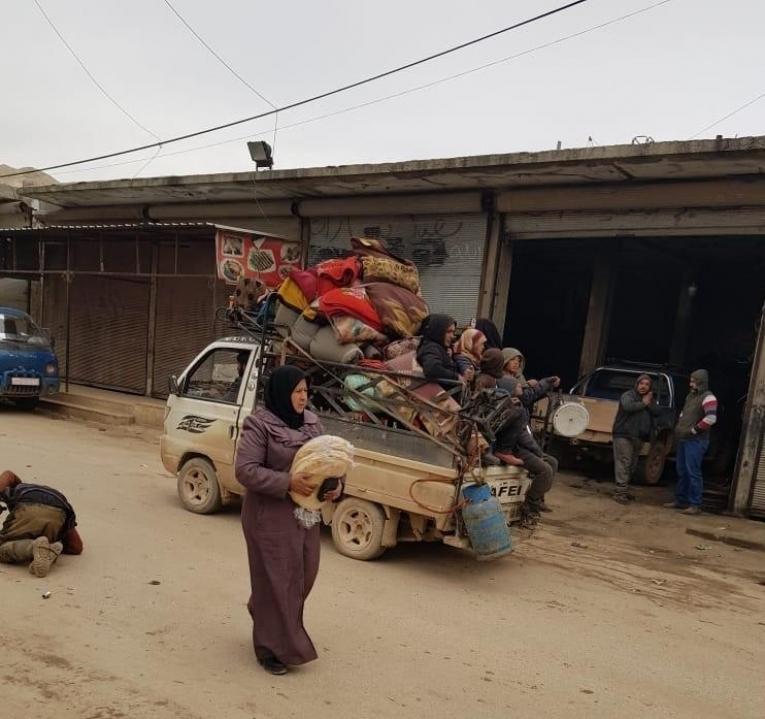 Une famille fuit les combats en camion dans la province d'Idlib, dans le nord-ouest de la Syrie.  © MSF