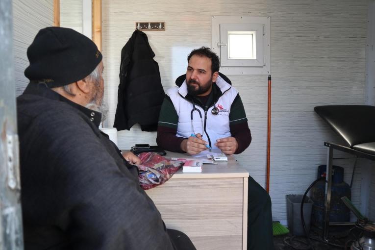 Le 17 février, un déplacé syrien s'entretient avec un médecin lors d'une consultation à la clinique mobile MSF du camp de Qadimoon, au nord-ouest de la Syrie.  © MSF