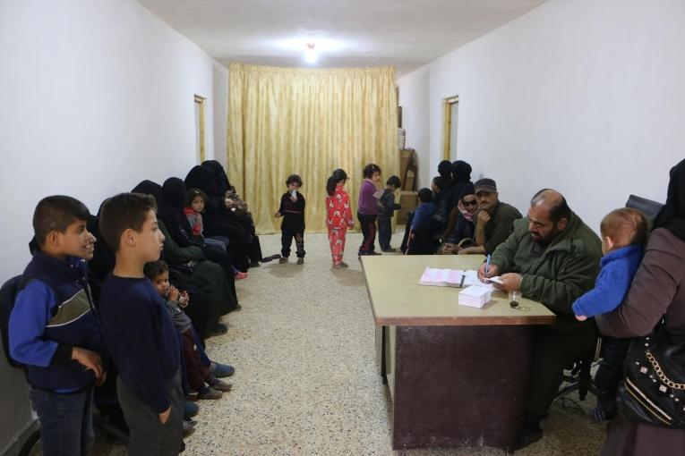 Dans la salle d'attente du centre de santé du camp de Deir Hassan.  © Abdul Majeed Al Qareh