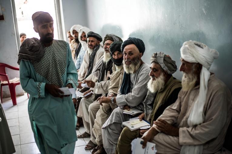 Des hommes attendent pour une consultation àl'hôpital Boost à Lashkar Gah, Helmand, Afghanistan.  © Kadir Van Lohuizen/Noor
