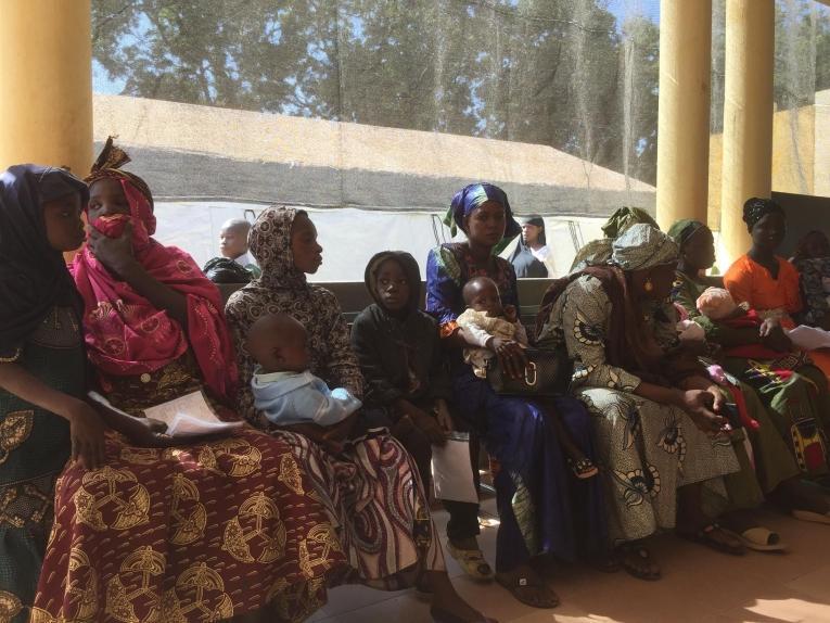 Des patients attendent leur consultation dans l'unité pédiatrique soutenue par MSF à l'hôpital de Niono.  © MSF/Lamine Keita