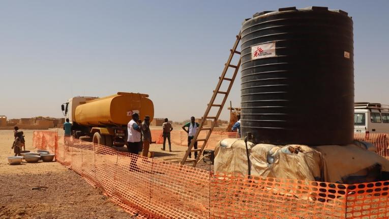 Distribution d'eau à Titao par les équipes MSF. Février 2020. Burkina Faso.  © Noelie Sawadogo/MSF