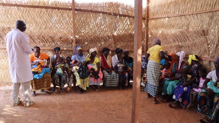 Des mères et leurs enfants en attente d'une consultation par les équipes MSF à Titao. Février 2020. Burkina Faso.  © Noelie Sawadogo/MSF
