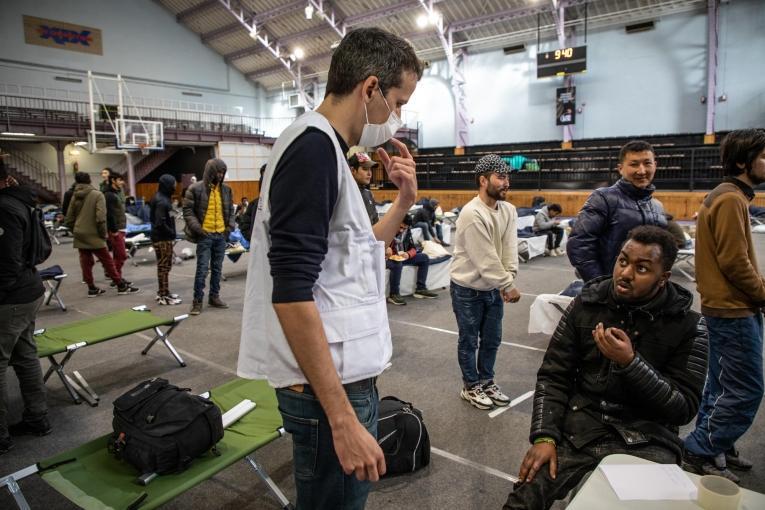 Des équipes MSF sont déployées dans des sites réquisitionnés en urgence pour évaluer la santé des personnes les plus vulnérables, comme les migrants (ici, évacués du camp d'Aubervilliers) et identifier les cas potentiels de Covid-19. Paris, le 24 mars 2020.  © Agnes Varraine-Leca/MSF