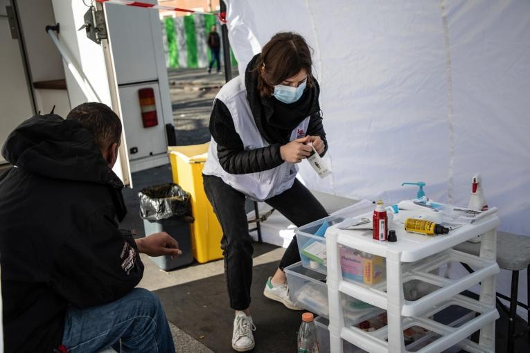 Une infirmière examine un homme dans la clinique mobile de MSF qui dispense des soins de santé primaires à Paris et en banlieue. Porte de la Villette, Paris, le 31 mars 2020.       © AGNES VARRAINE LECA/MSF