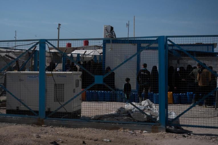 Les gens font la queue pour de l'eau dans le camp d'Al Hol, dans l'est du gouvernorat d'Al Hasakeh, dans le nord-est de la Syrie, le 09 mars 2020.  © MSF