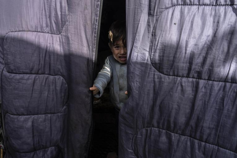 Mohamed, 3 ans, et sa famille vivent dans une tente sans électricité. Parmis les 8 000 personnes du camp, 2 500 d'entre elles sont des enfants.  © Anna Pantelia/MSF