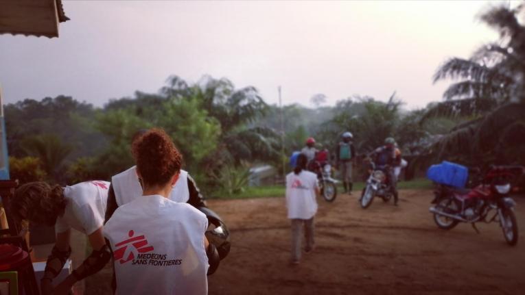 L'équipe médicale MSF s'apprête à se rendre au poste de santé de Bolemba.  © MSF/