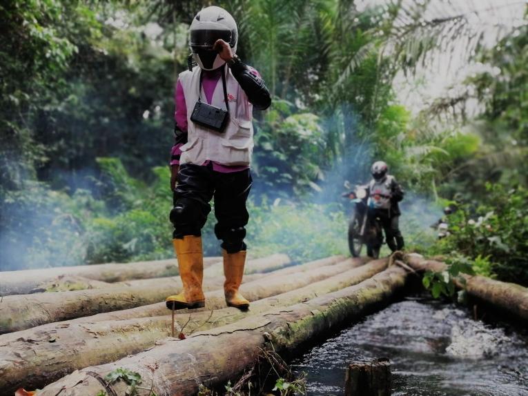 Une équipe MSF en route vers le poste de santé de Bokongo pour la prise en charge des cas de rougeole.  © MSF/