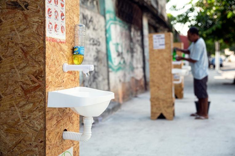 Des points d'eau équipés en savon ont été placées à proximité des activités de promotion de la santé de MSF pour le lavage de main. Rio de Janeiro, Brésil.  © Mariana Abdalla/MSF