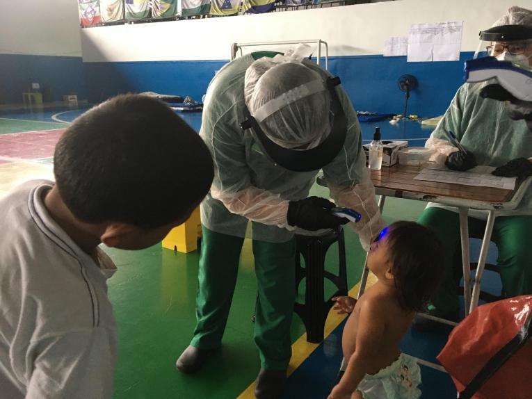 Un infirmier MSF lors d'une séance de dépistage dans la ville de Manaus. Brésil. Mai 2020.  © MSF