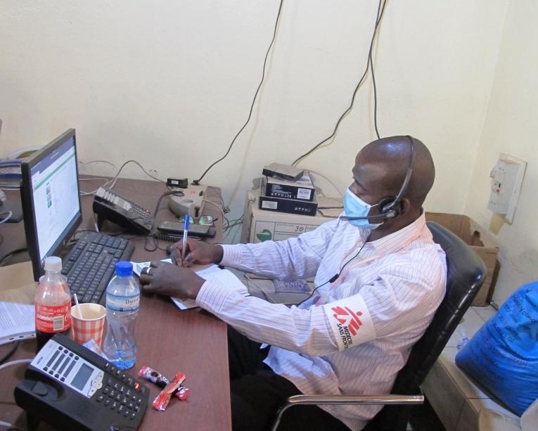 MSF soutient les équipes du ministère de la Santé Publique dans lecentre d'appel du SAMU. Niamey. 2020.  © Nathalie San Gil/MSF