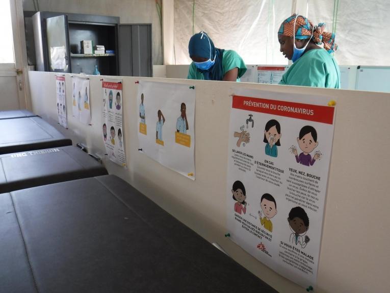 Le centre de traitement du coronavirus construit par MSF se situedans l'enceinte de l'hôpital National Amirou Boubacar Diallo, aussi appelé Lamordé. Plus d'une centaine de personnes ont été recrutées et formées à la prise en charge des patients atteints de coronavirus. Niger. 2020.  © Nathalie San Gil/MSF