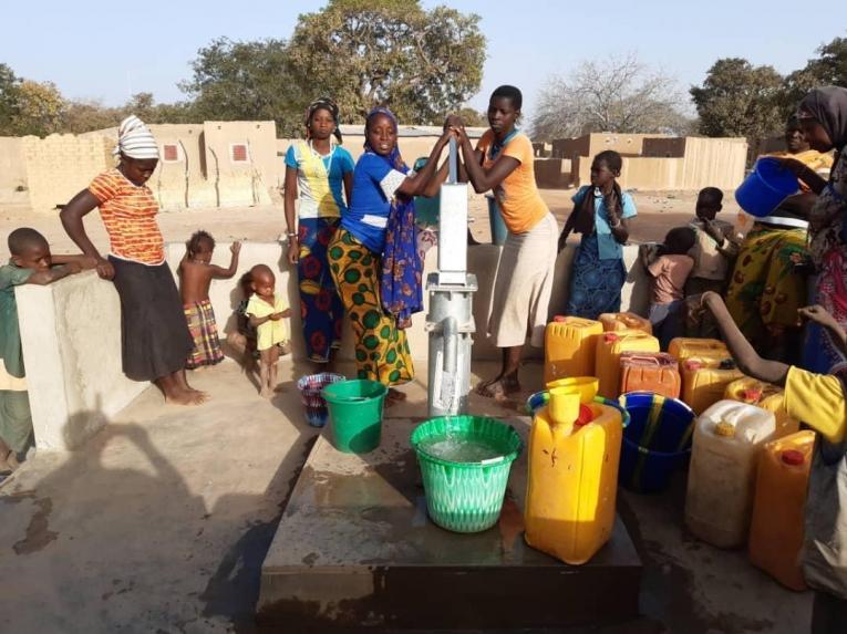 L'accès à l'eau potable est une des principales préoccupations des déplacés et des communautés hôtes de Fada. Burkina Faso. 2020.     © MSF