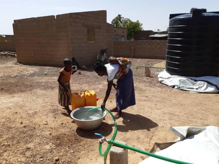Des habitants de Fada se fournissent en eau. Burkina Faso. 2020.     © MSF