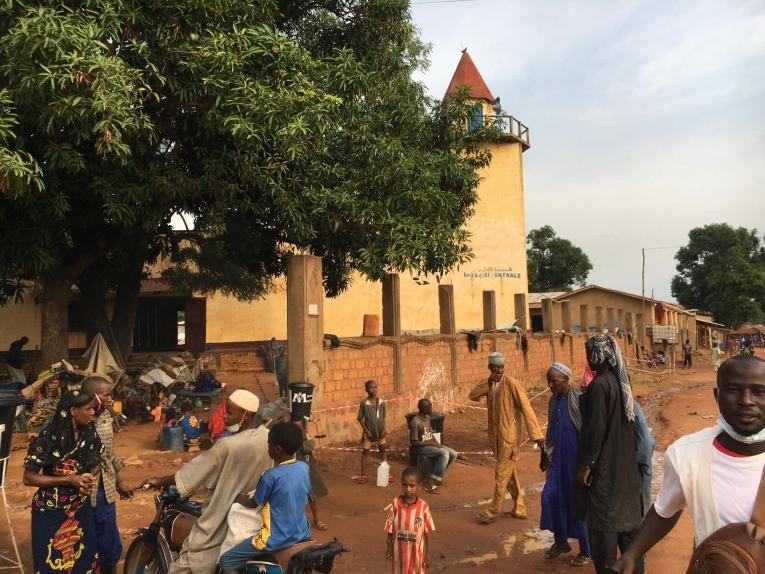 Vue de la mosquée de Bambari, dans laquelle se sont réfugiées une partie des personnes déplacées qui ont fui le camp d'Élevage. République centrafricaine. 2021.