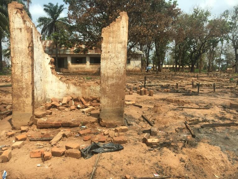 Des abris brûlés dans le camp d'Élevage après l'incendie qui l'a réduit en cendres au début du mois de juin 2021. Bambari. République centrafricaine.
